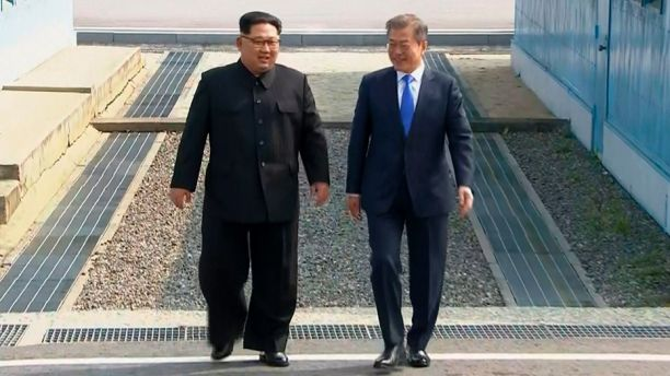 Kim+Jong+Un+and+President+Moon+Jae-in+are+walking+peacefully+together.