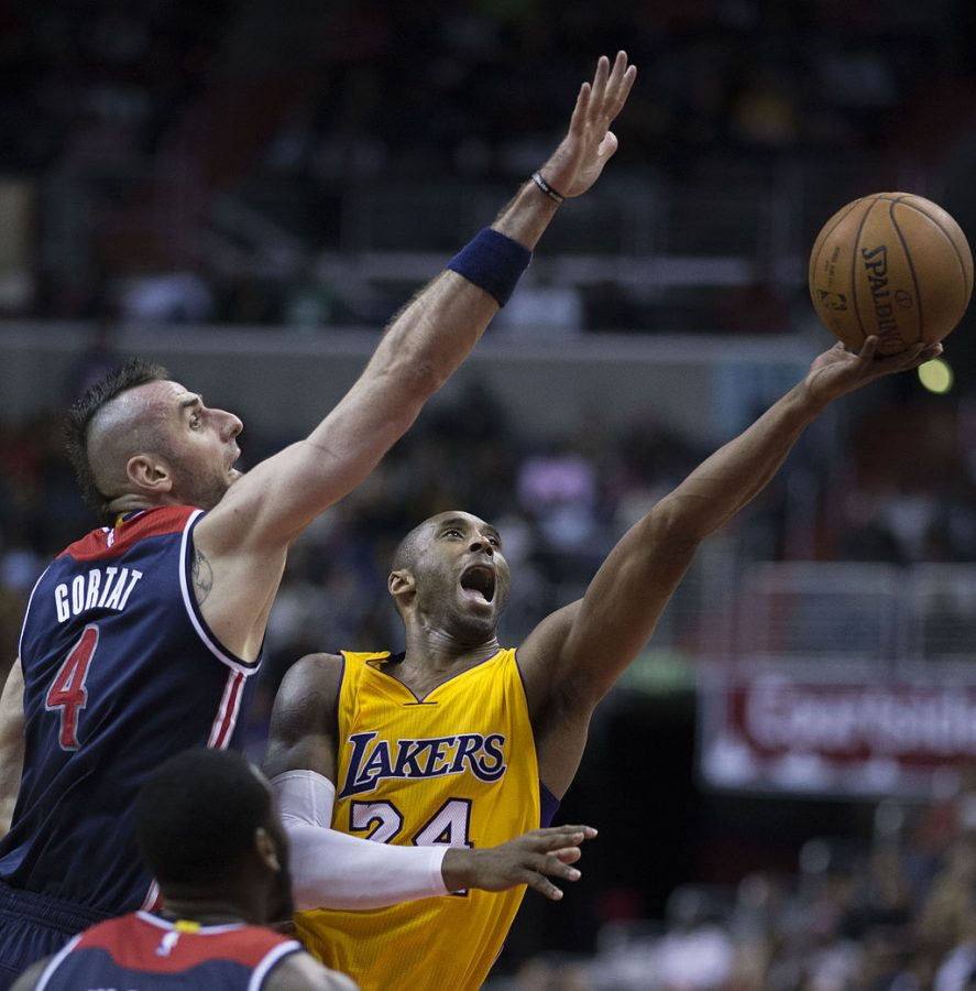 Kobe+Bryant+with+the+LAkers+shooting+aganist+Marcin+Fortat+at+the+Washington+Wizards+game